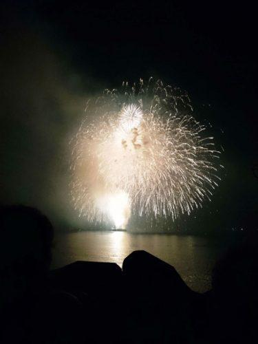 穏やかな海が花火を映す。