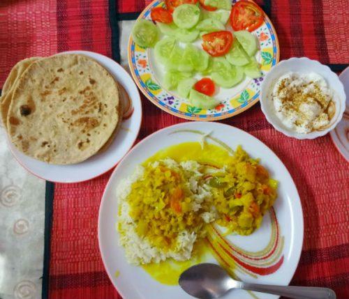 ダール(豆カレー)に小さく刻んだ野菜のカレー、ヨーグルトwith クミン・パウダー。きゅうりとトマトは食べなかった。