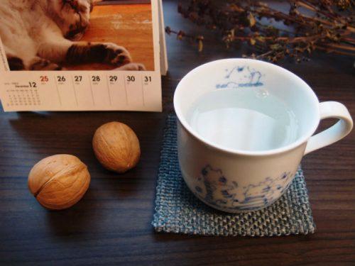 いつもの白湯と木の実2個でひとやすみ。